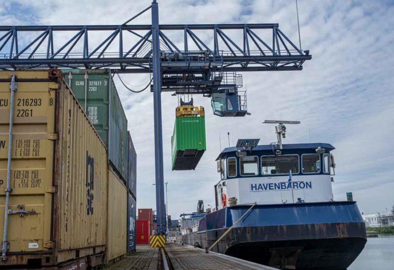 Containertransport over het water